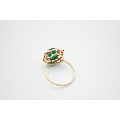 54 - 9ct gold green gemstone ring 1.9g