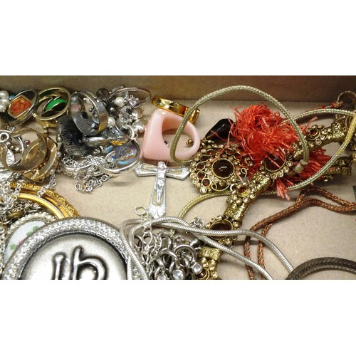 423 - SELECTION OF VINTAGE COSTUME JEWELLERY, EARRINGS, NECKLACES AND GLASS & HEMATITE BEADS FOR JEWELLERY...