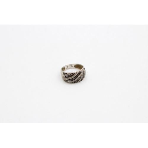 298 - 9ct white gold black & white diamond wave pattern ring - as seen (3g)