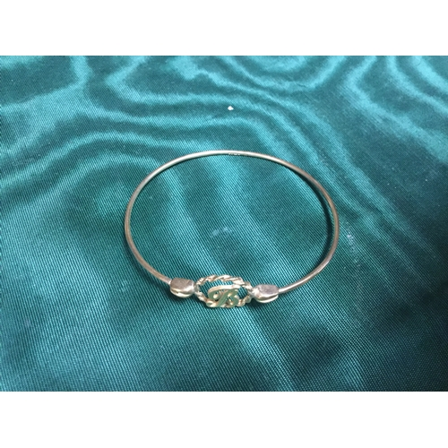 26 - A 9ct gold bangle, set to the front with a letter 'B' -...