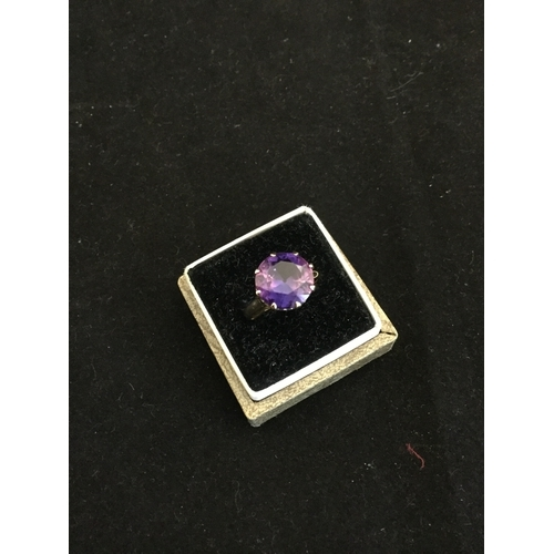 21 - A 9ct gem set ring,  claw set with a synthetic colour change sapphire -...