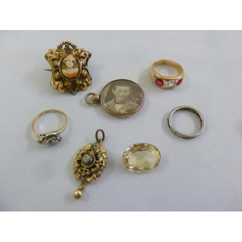 307 - A quantity of jewellery to include three rings, a brooch, two pendants and a smokey topaz...