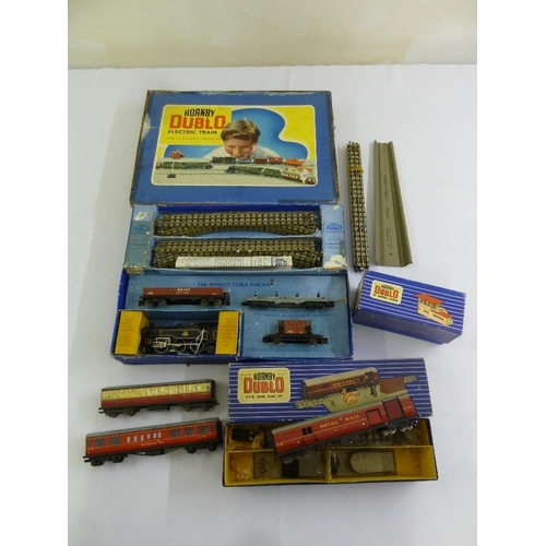 437 - A quantity of Hornby Dublo train set 2, 6, 4, a mail set and signals  (5)...
