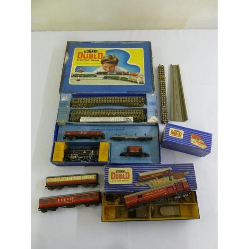 437 - A quantity of Hornby Dublo train set 2, 6, 4, a mail set and signals  (5)...