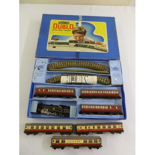 438 - A quantity of Hornby Dublo train set 2, 6, 4, coaches and track  (4)...