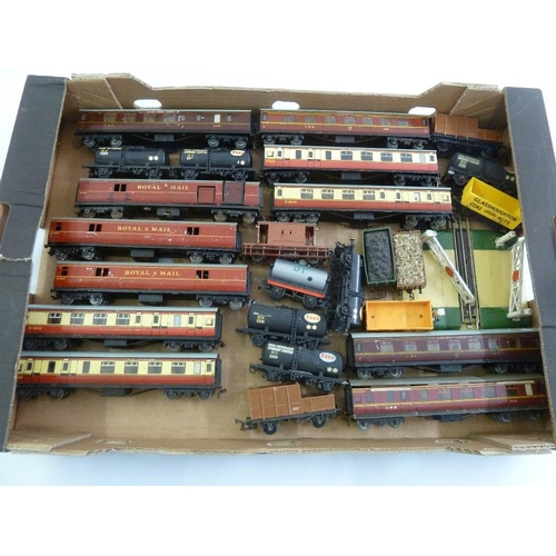 441 - A quantity of model railway coaches and trucks, playworn  (25)...