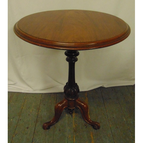 21 - A Victorian circular mahogany tilt top table with knopped baluster stem on three scroll legs, 72.5 x...
