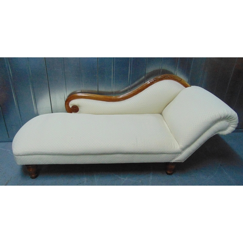 18 - A Victorian mahogany chaise longue on four turned wooden supports, 166 x 62cm