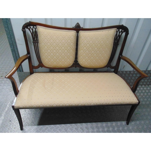 19 - An Edwardian mahogany upholstered settle with scrolling arms and pierced back on four cabriole legs