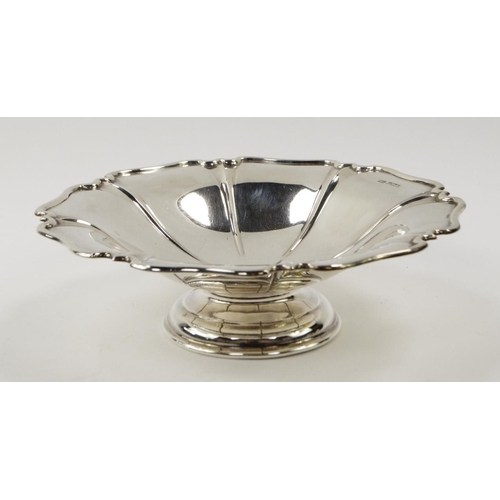 23 - An Edward VII silver pedestal dish, of ribbed floral form, with a piecrust edge, Sheffield 1905, 10....