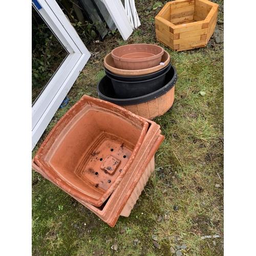 20 - Selection of plastic plant pots...