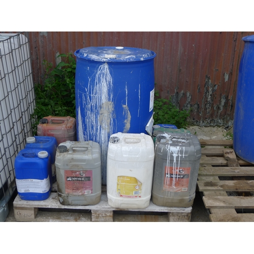 28 - A quantity of various cement additives including Oscrete Optomix R42, Armset, Mapescreed 704, Optomi...