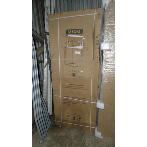 2054 - 1 shower enclosure by Miqu type SB70Y - appears to consist of just 1 glass screen...