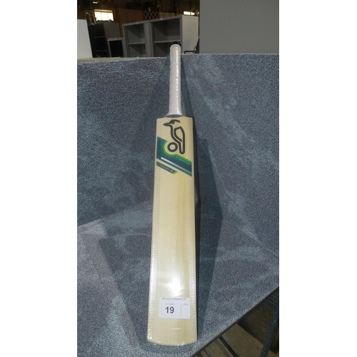 19 - 1 Kookaburra Prodigy 40 cricket bat size 6, bat has 18 E marked on it and weighs approx  872    gram...