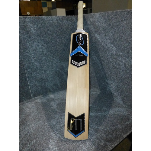 3 - 1 Macer Platinum cricket bat RRP £320 size not shown, weight approx 1094 grams & a 100ml bottle of c...