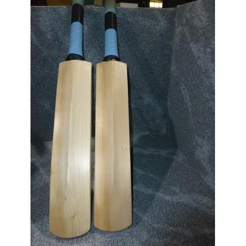 24 - 2 small cricket bats, weights approx 717 grams and 619 grams- no sizes visible...