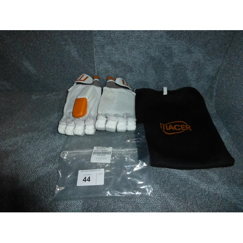 44 - A pair of Macer Premium batting gloves size Mens L/H...