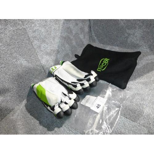 48 - A pair of Macer Elite batting gloves size Mens R/H...