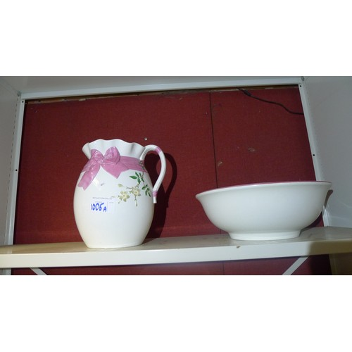 1005a - A pink and white patterned jug and basin set