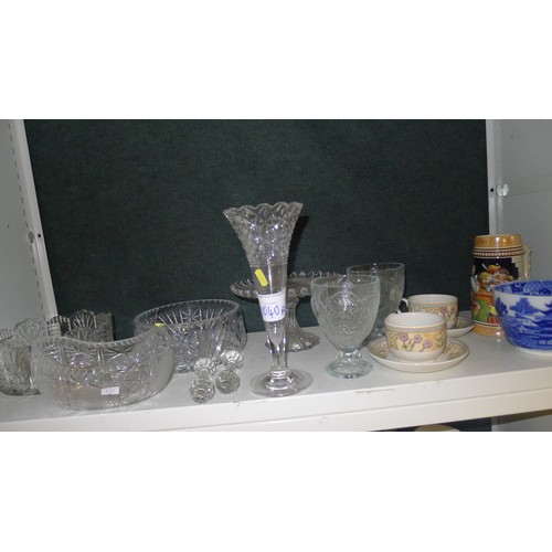 1040a - A quantity of miscellaneous decorative chinaware and glassware etc (two shelves)
