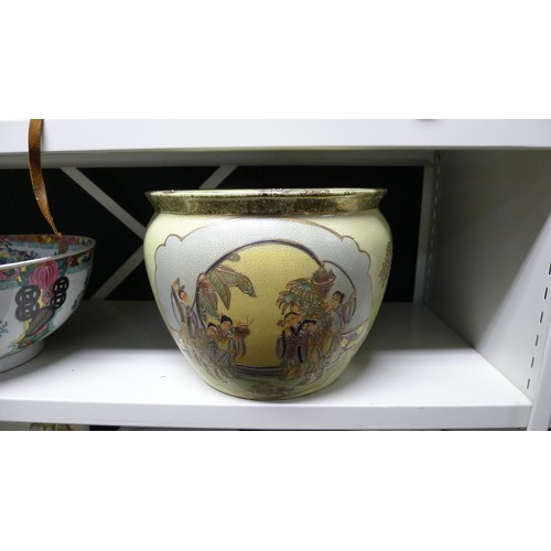 1034a - A decorative Cantonese style bowl and a Satsuma style jardiniere