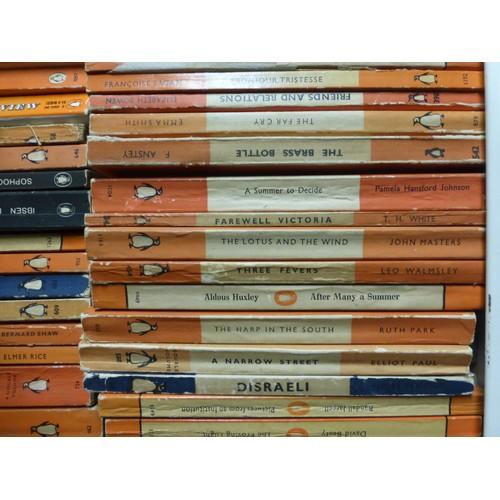 1009a - A large quantity of various vintage penguin books
