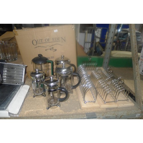 3044 - A quantity of various catering related items including, toast racks, cafetieres, wooden platers etc....