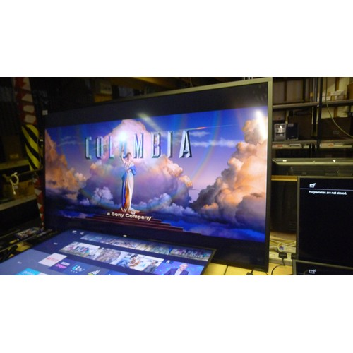 1379 - A large 84 inch HD U-Line display monitor by Philips type BDL8470QU. Comes with remote control, a wa...