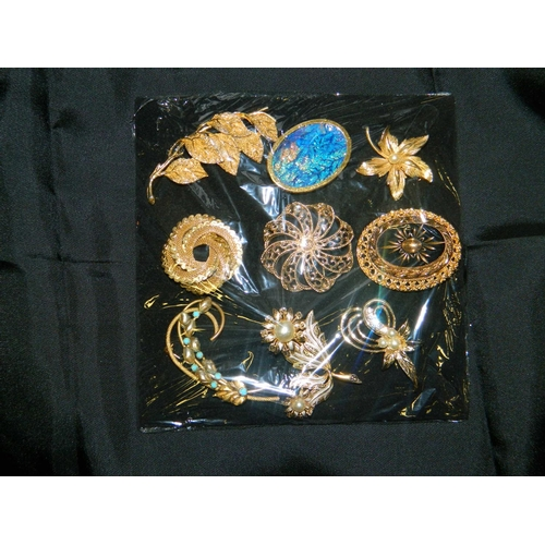 193 - Tray with 9 costume brooches...