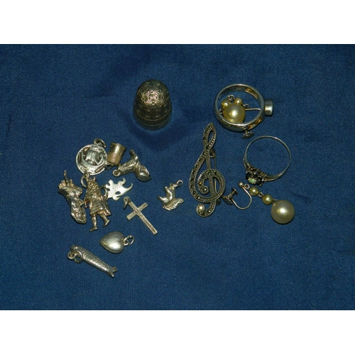 569 - Small quantity of silver jewellery including charms and a Charles Horner thimble...