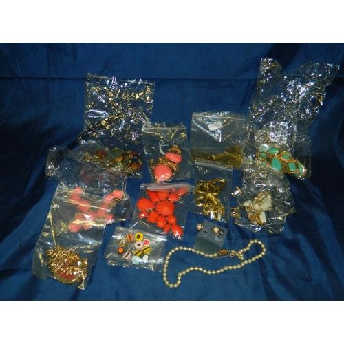 577 - Bag costume jewellery...