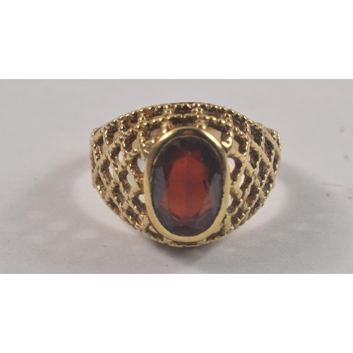 1H - A NICE QUALITY VINTAGE 375 stamped yellow gold garnet with a pierced shoulder design weight 3.69g gr...