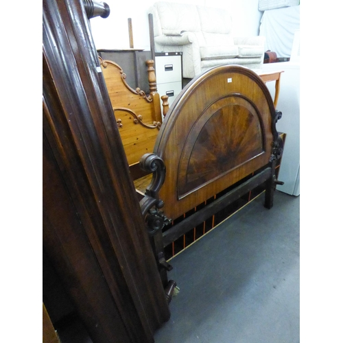 206 - A GOOD QUALITY MAHOGANY BEDSTEAD, THE HEADBOARD HAVING ARCH TOP AND SCROLL DECORATION, WITH SMALL FO...