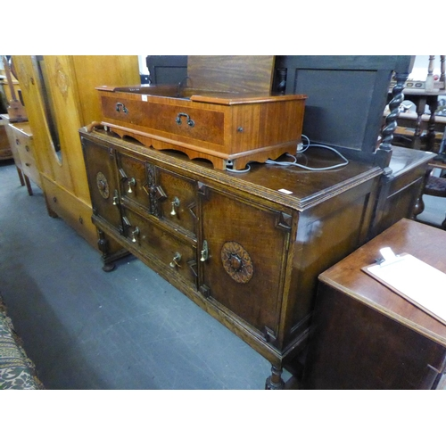 217 - A DARK OAK LARGE SIDEBOARD, HAVING TWO DRAWERS (THE TOP DRAWER HAVING CUTLERY SECTION), FLANKED BY T...
