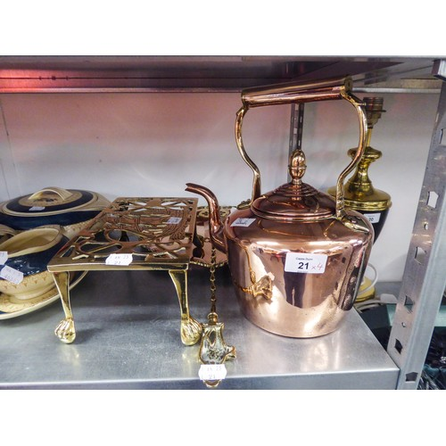 21 - A COPPER KETTLE, BRASS HEARTH KETTLE STAND, A COPPER TRAY AND A BRASS TOASTING FORK (4)