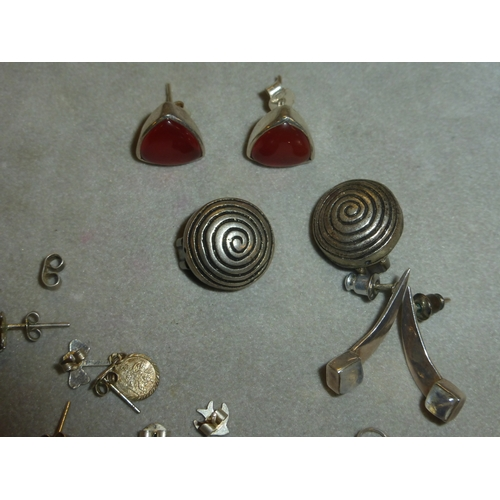 100 - Mixed Selection of Jewellery including Silver, earrings, Pendants and Other...