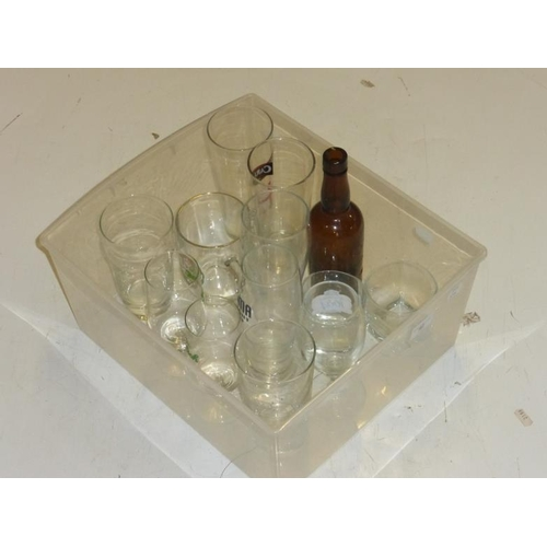 567 - Selection of glassware, pint glasses with logo's...