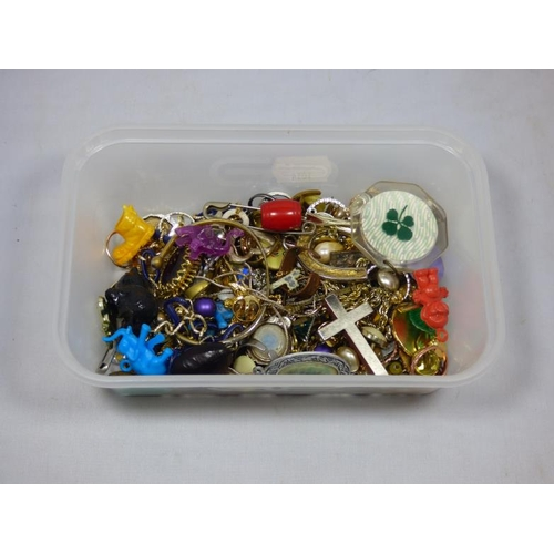 65 - Mixed lot of vintage jewellery...