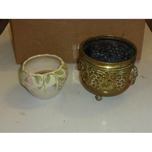625 - Mixed lot to include brass planter, glassware and other...