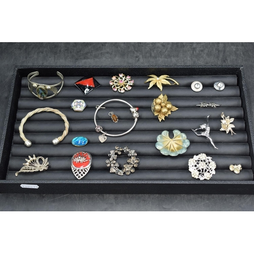 34 - Selection of Jewellery including Brooches, Bangles, Bracelets and More...