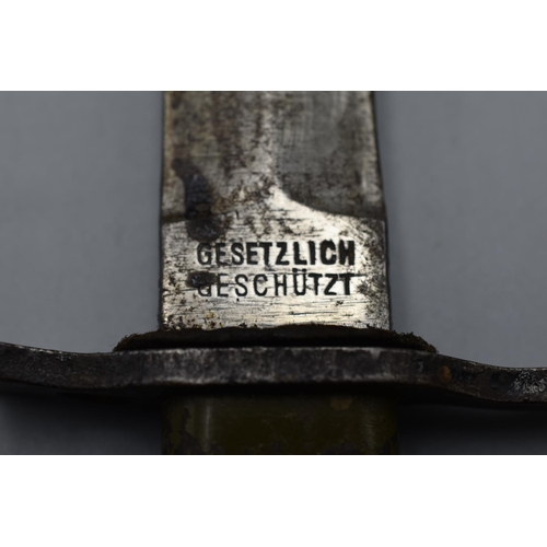 132 - A German WWI bayonet in metal sheath, stamped to the blade 'Gesetzlich Geschützt Demag Duisburg', le...