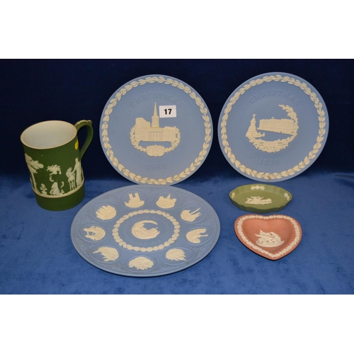 17 - WEDGWOOD GREEN JASPERWARE TANKARD, 3 BLUE JASPERWARE PLATES 1988, 1979 AND 1969 AND 2 DISHES...