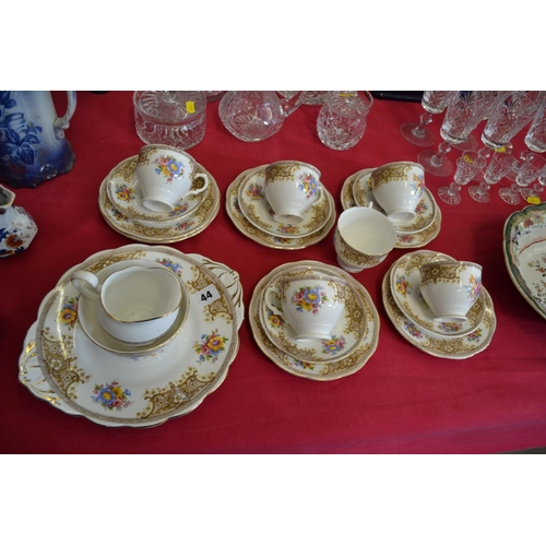 44 - SALISBURY WHITE AND FLOWERED PART TEA SERVICE (20 PIECES)...