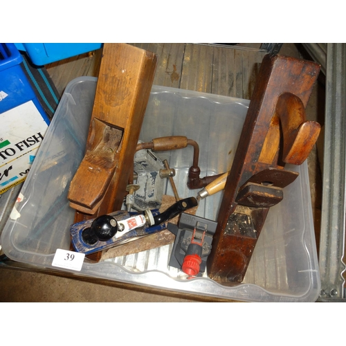 39 - 2x Wooden block planes, metal paramo plane, trowl, drill sharpener, vice, old vintage brace hand dri...