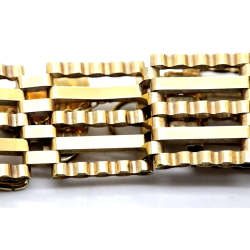 1012 - 9ct gold gate bracelet with padlock clasp, 9.9g. P&P Group 1 (£14+VAT for the first lot and £1+VAT f...