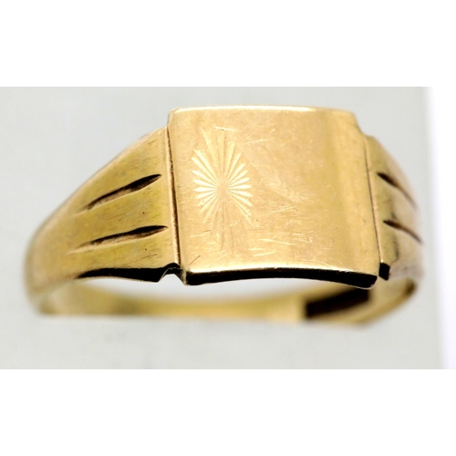 1016 - 9ct gold signet ring, size W, 3.9g. P&P Group 1 (£14+VAT for the first lot and £1+VAT for subsequent...