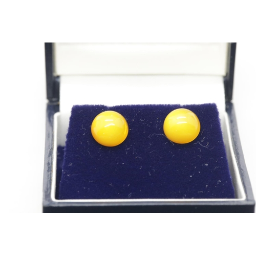 1046 - Pair of amber 9ct gold earrings, with backs, 0.9g. P&P Group 1 (£14+VAT for the first lot and £1+VAT...