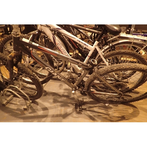 23 - Boys Giant Cypress SE 24 speed mountain bike with front suspension and 16