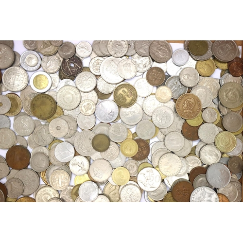 3033 - Collection of mixed world coinage. P&P Group 2 (£18+VAT for the first lot and £3+VAT for subsequent ...