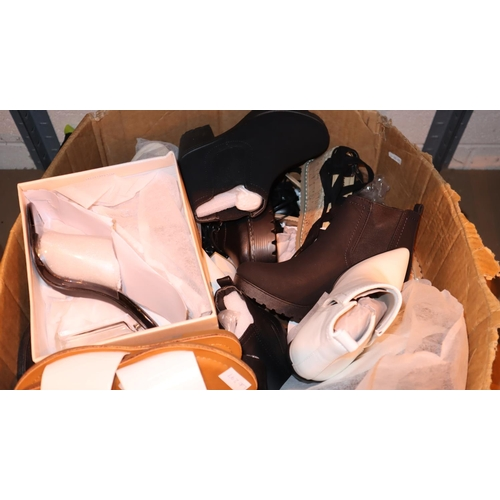 1044 - Twenty five pairs of ladies fashion shoes, all size 6. Not available for in-house P&P, contact Paul ...